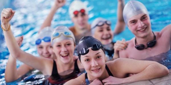 happyteengroupatswimmingpoolclasslearningtoswimandhavefun-963833-600x300